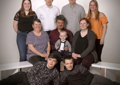 Gruppefoto flere familiemedlemmer