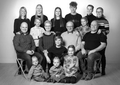 Gruppefoto stor familie sort hvid