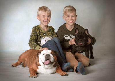 Børnefoto søskende med hunde