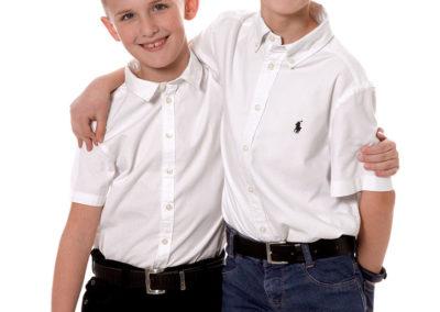 børnefoto af to seje brødre med armen om skuldrene