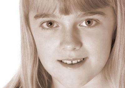 Børnefoto close-up af pige i sepia farver