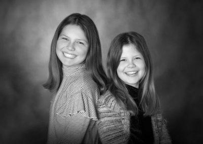 Børnefoto af to storsmilende piger