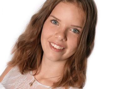 Konfirmationsbilleder med close-up af en brunhåret pige
