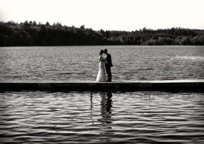 Bryllups foto brudepar på bro i sorthvid