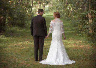 Bryllups foto brudepar fotograferet med ryggen til