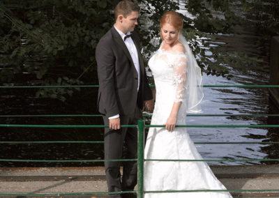 Bryllups foto med brudepar på bro