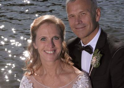 Bryllups foto close-up af brudepar ved vandet