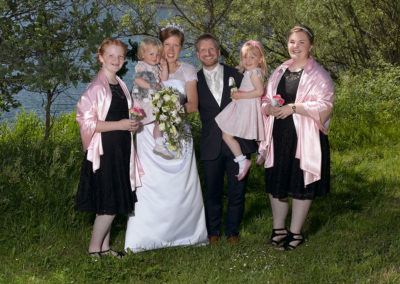 Bryllups foto med familie i naturlige omgivelser