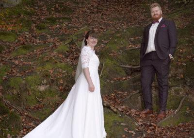 Bryllups foto af brudepar på skråning