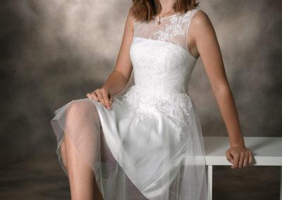 konfirmationsbilleder pige sidende på rumdeler