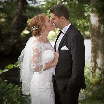 Fotograf Skanderborg bryllupsfoto kyssende brudepar