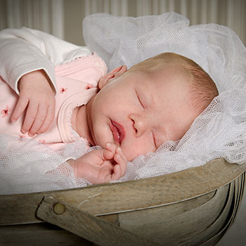 Fotograf Skanderborg nyfødt pige sovende i kurv