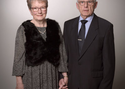 Par foto med mand og dame hånd i hånd