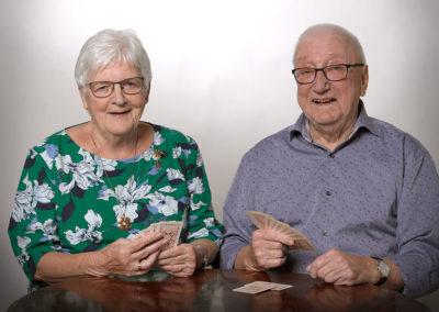 Par foto med kortspillende par