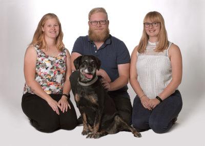 Unge foto tre unge mennesker sammen med deres hund