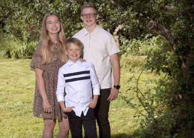 Unge foto tre unge mennesker i naturlige omgivelser