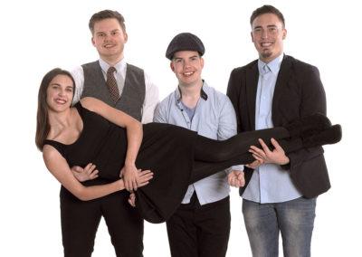 Unge foto med tre unge mænd som bære en pige på tværs