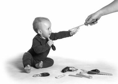 månedsbilleder dreng med værktøj