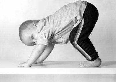månedsbilleder foto af kravlende dreng