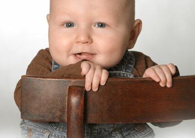 månedsbørn foto af dreng på gammel stol